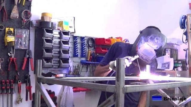 soldando el trozo de pletina de hierro con agujero avellanado