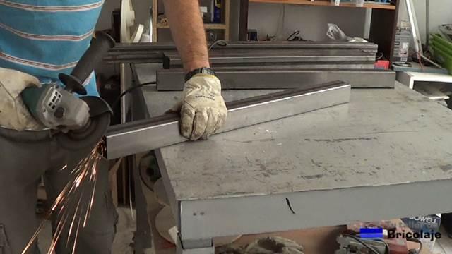 Cómo hacer una mesa comedor de hierro y madera - tutallerdebricolaje.com