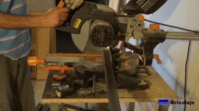 cortando el hierro para hacer la mesa comedor