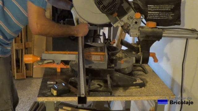midiendo el hierro para hacer la estructura de la mesa comedor