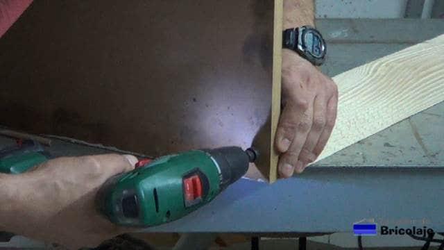 abriendo agujeros avellanados para sujetar las patas de la mesa recibidor con palets