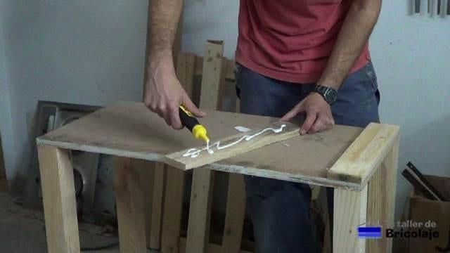 aplicando cola a la madera de palets