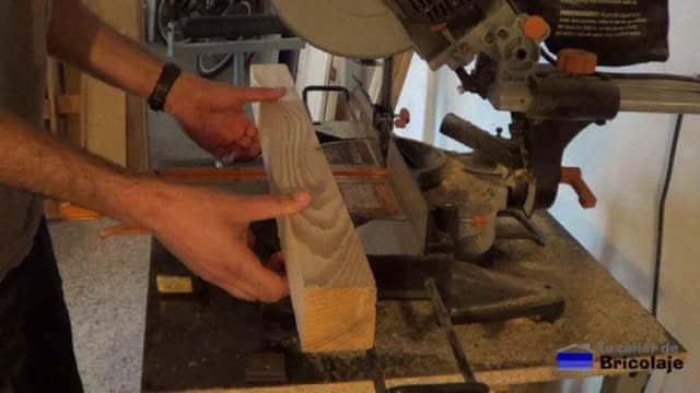 cortando los listones de madera de palets para hacer las patas de la mesa recibidor