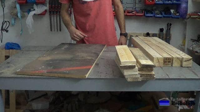 parte de la madera de palets necesario para realizar la mesa recibidor