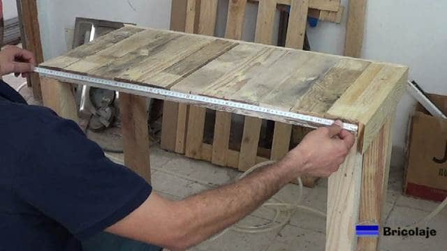 midiendo para cortar la madera de palets