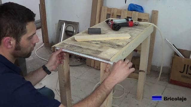 midiendo la madera para cortar a bisel