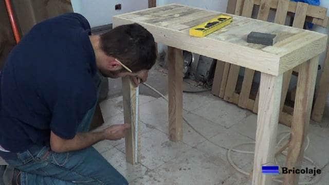 midiendo el lugar donde colocar la balda inferior de la mesa recibidor