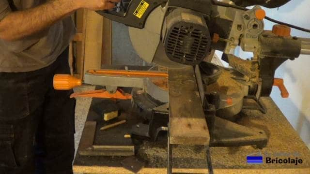 cortando la madera de palets para hacer la mesa recibidor