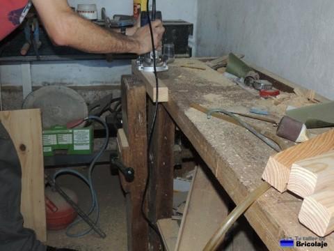 rebajando los cantos de madera con la fresadora