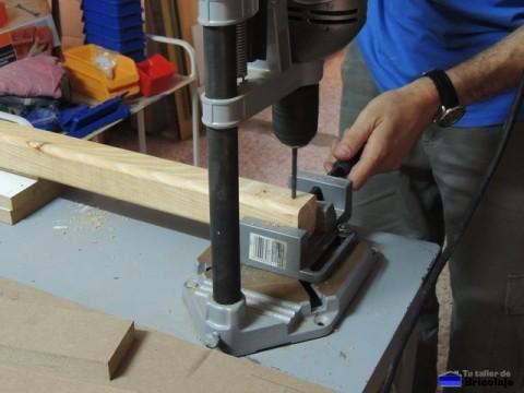 taladrando la madera donde alojar luego los tarugos de madera