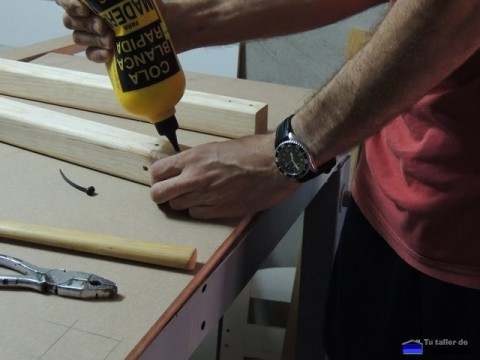 encolando los agüjeros para insertar los tarugos