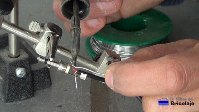 soldando el cable de audio al conector mini jack mono