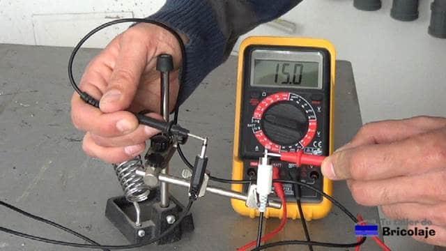 comprobando el cable mini jack mono a rca mediante el tester o multímetro