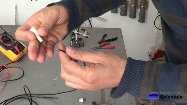 colocando el protector del conector de audio