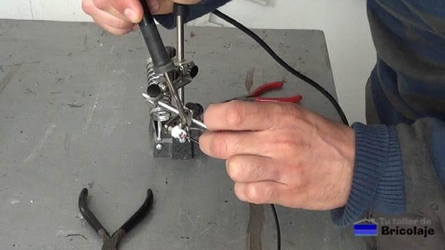 estañando el cable de audio al conector rca
