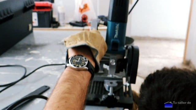 realizando la hendidura en la cabeza del tornillo con la tronzadora
