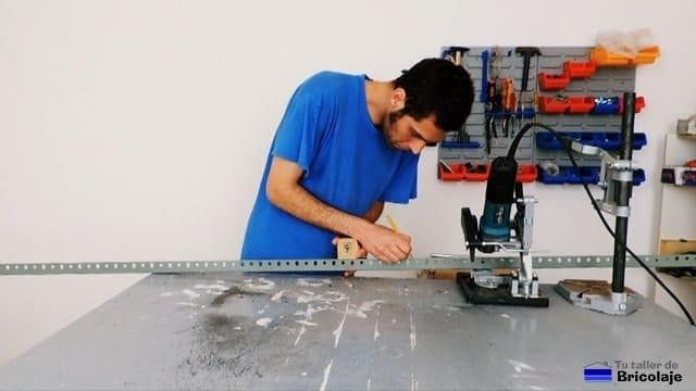 trazando medida donde cortar las patas de la estantería metálica