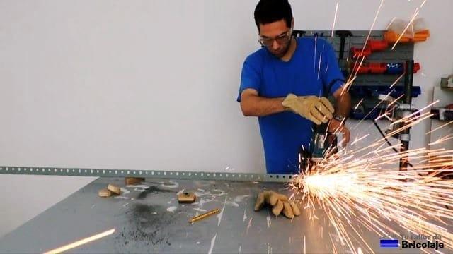 cortando con la tronzadora las patas de la estantería metálica
