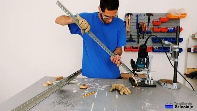 eliminando rebabas de las patas de la estantería metálica