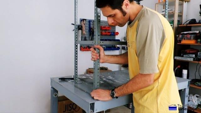 colocando plástico protector para patas de estantería metálica