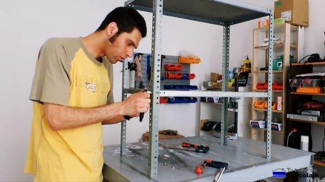 montando la estantería metálica