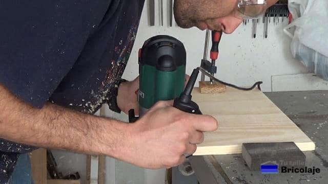 rebajando los cantos de la madera con la fresadora o router