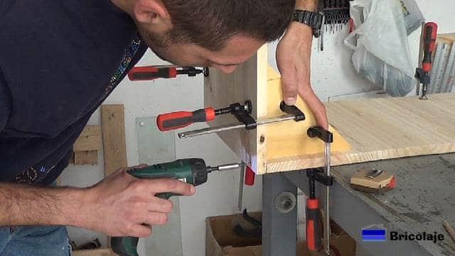 colocando los tornillos para sujetar el mueble inferior del mueble auxiliar para el baño