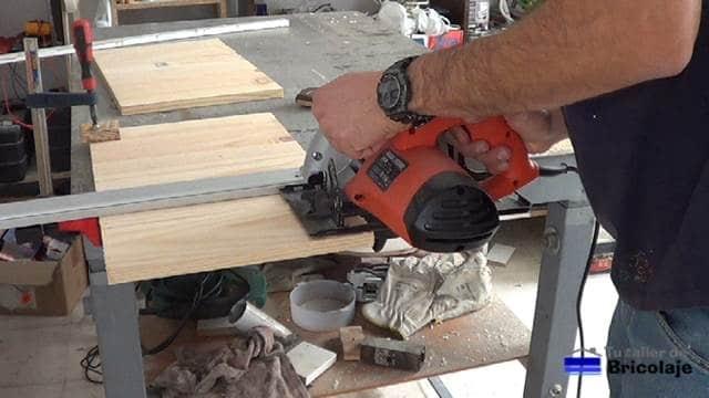 cortando las maderas con sierra circular y guía
