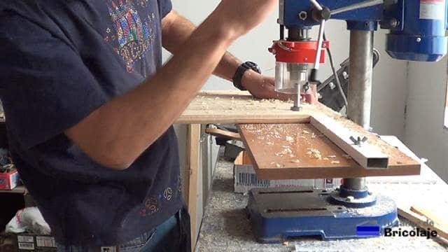 usando la plantilla para abrir los agujeros para las bisagras de cazoleta de las puertas