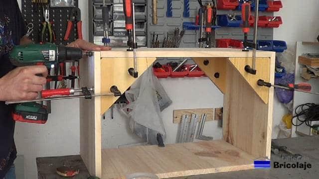 perforando para sujetar con tornillos el mueble inferior