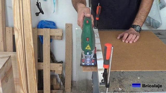 cortando con la caladora la trasera de la parte inferior del mueble auxiliar