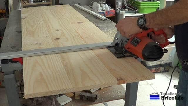 cortando con la sierra circular la madera necesaria para realizar el mueble auxiliar para el baño