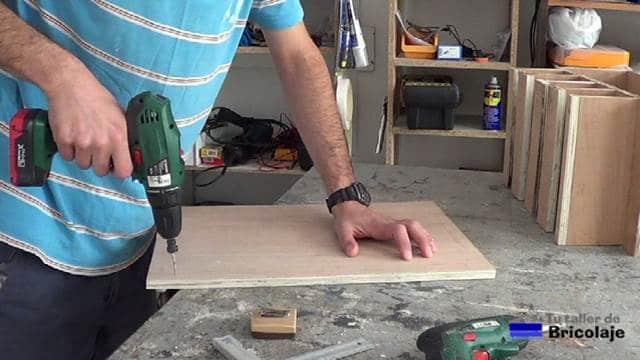 perforando las marcas realizadas para sujetar el organizador de taladros a la pared