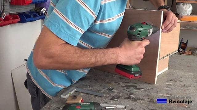 realizando agujeros avellanados para sujetar la trasera del organizador de taladros