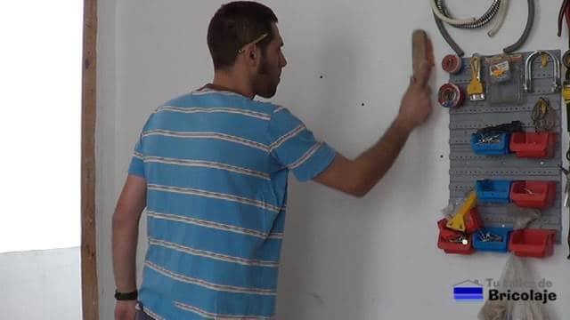 limpiando después de abrir los agujeros en la pared