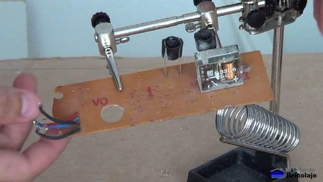 placa electrónica después de desoldar los componentes interesantes