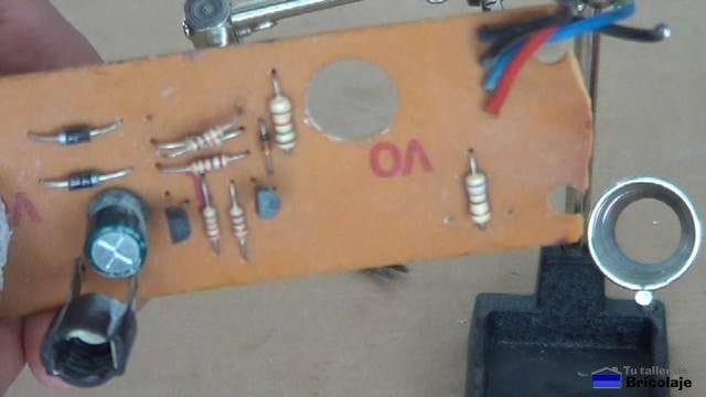 unos de los componentes sueltos después de desoldar unas de sus patas