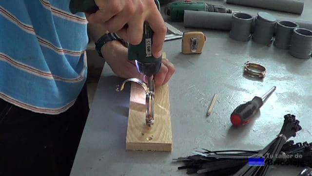 sujetando las abrazadera a la madera
