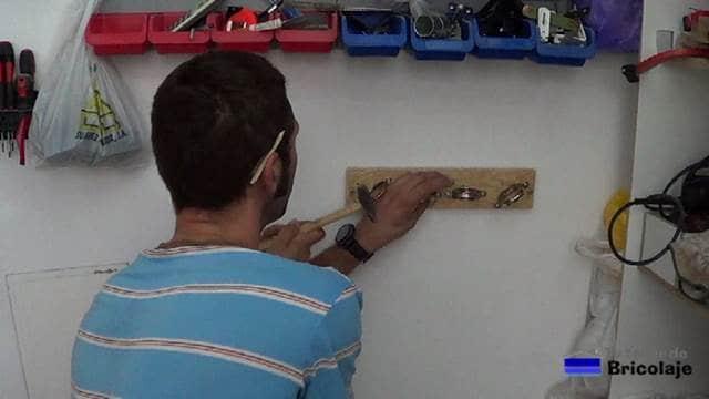 marcando el lugar donde perforar para colocar el organizador de bridas o cintillos