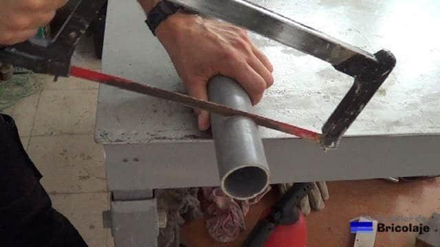 cortando el tubo de pvc
