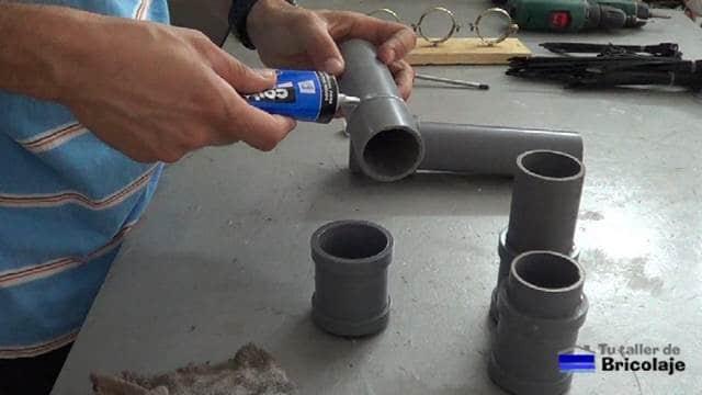 pegando los tapones y anillas al tubo de pvc