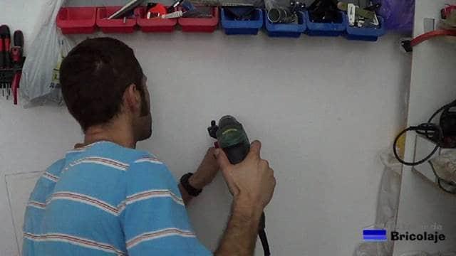 perforando con el taladro para colocar el organizador de bridas o cintillos
