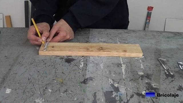 marcando la mitad de la madera de palet