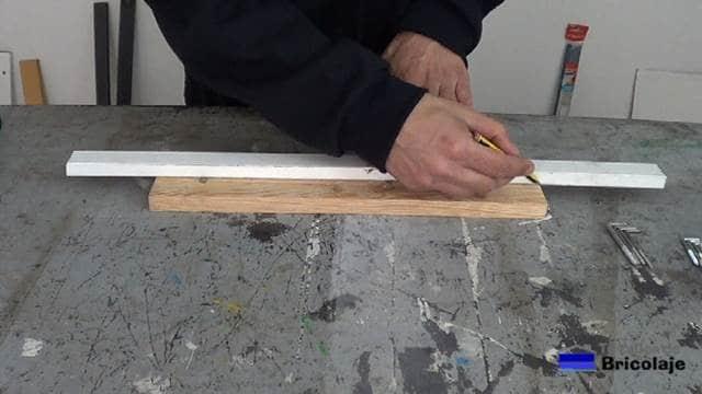 trazando la mitad de la madera de palets