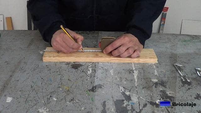 marcando el lugar donde colocar las alcayatas para colgar las brochas