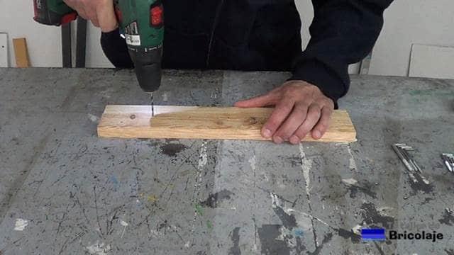 haciendo camino a las alcayatas con broca para madera de 3 mm