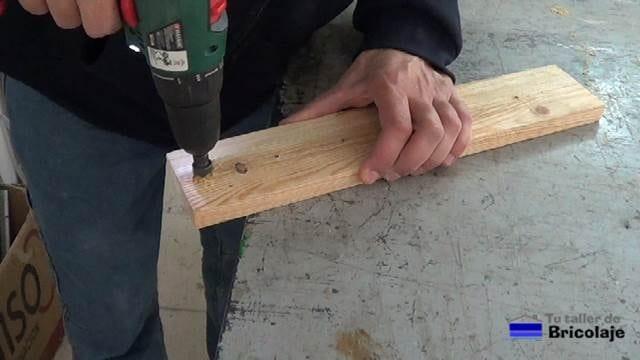 avellanado los agujeros de los extremos del organizador de brochas