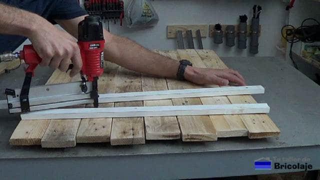 sujetando las maderas de palets para hacer el organizador de pared