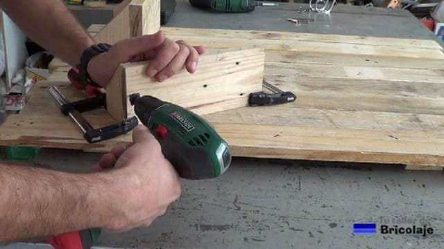 perforando para hacer las baldas para el organizador de pared