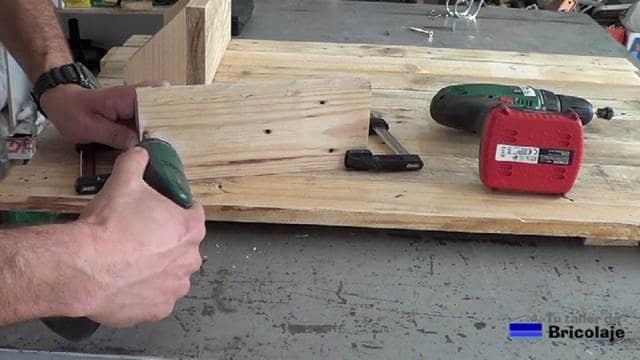 fabricando las baldas con tornillos